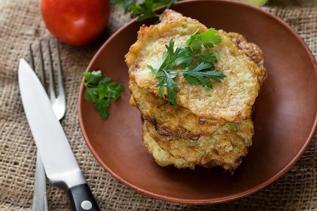 Сквош жареные оладьи. овощной блин, вегетарианская еда.