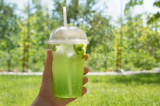 Безалкогольный лайм забирают в пластиковый стаканчик.