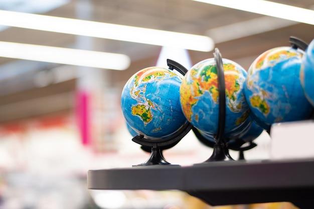 店のカウンターに小さな地球儀。