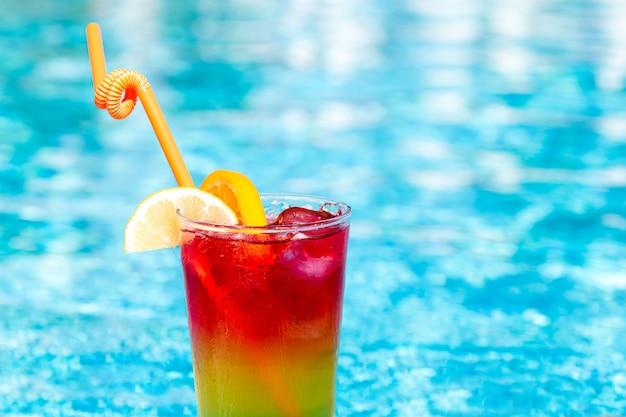 Освежающий коктейль возле бассейна, крупным планом