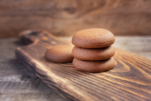 Шоколадное печенье на деревянной разделочной доске