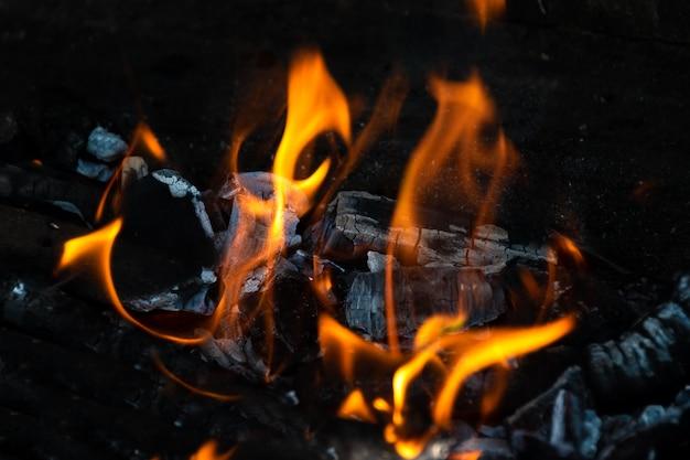 Уличный камин на заднем дворе полон горящих углей