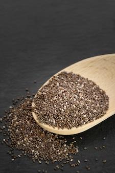 スプーンで栄養価の高いチア種子をクローズアップ。