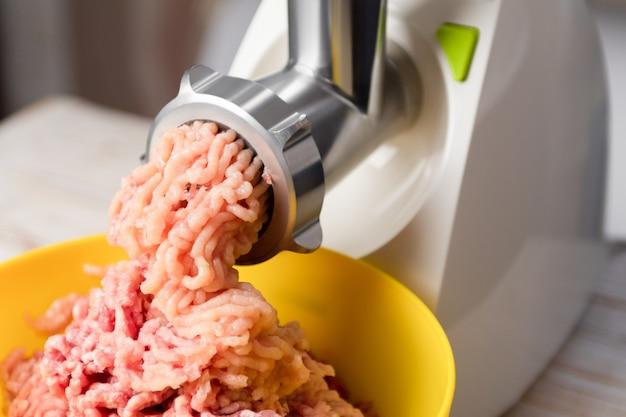 Фарш мясной в электрической мясорубке