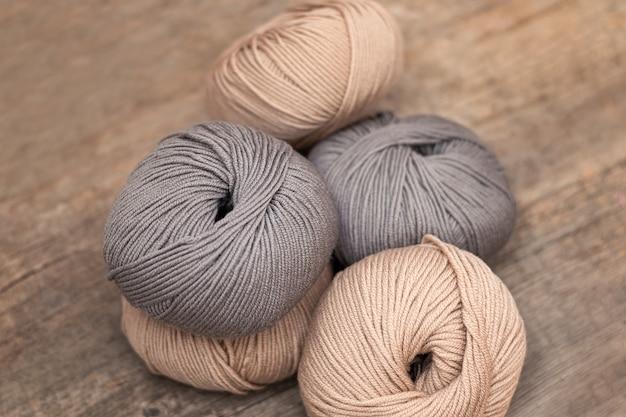 木製の背景に編みウールのクローズアップ