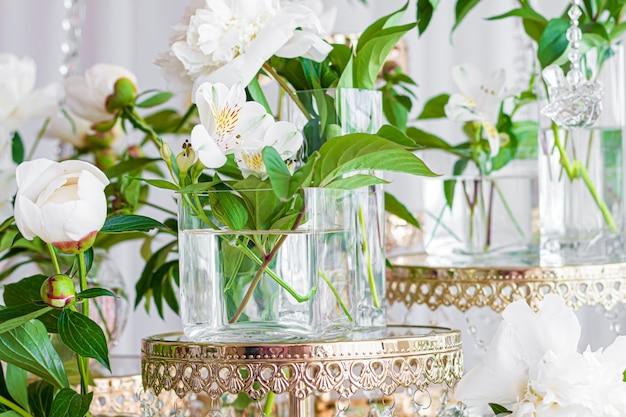 白いアルストラメリア植物の花はガラスの瓶にクローズアップ。
