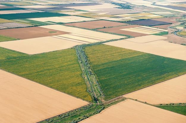 Взгляд от окна самолета на обведенном поле, украине.