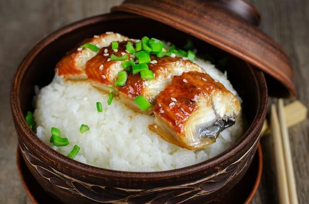 Чаша из риса с жареным угрем в соусе унаги