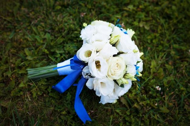 地面にさまざまな花のブライダルブーケ