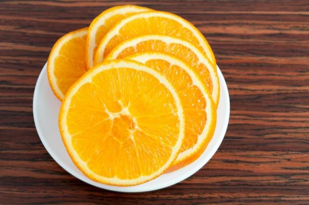 プレート上のオレンジ色のリング