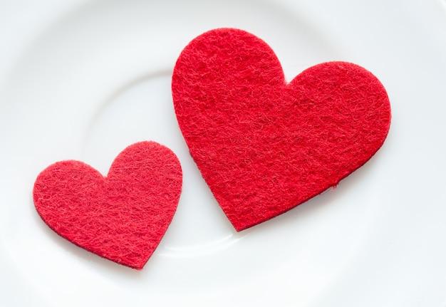 プレートのクローズアップに赤いハート。バレンタイン・デー
