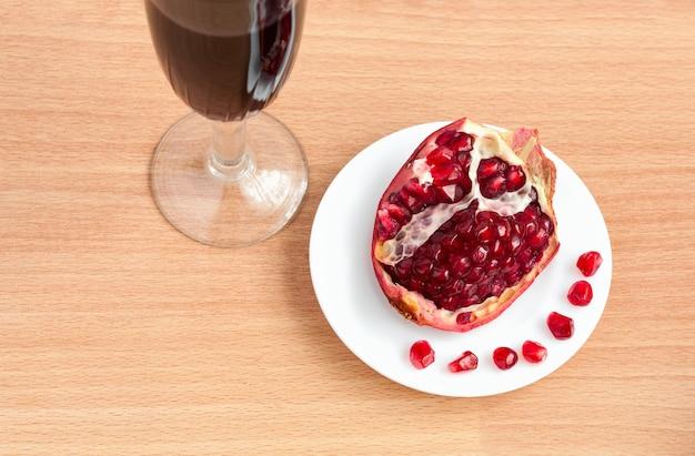 テーブルの上のワインとザクロのゴブレット