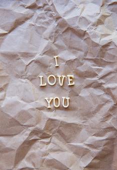 Я люблю тебя написано на крафт-бумаге