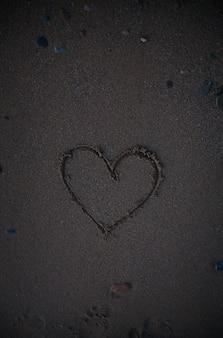 Сердце обращается в песок. пляжный фон