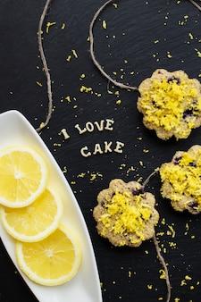 黒の背景にレモンカップケーキ