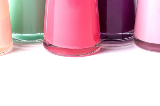 Бутылки с пролитым лаком для ногтей