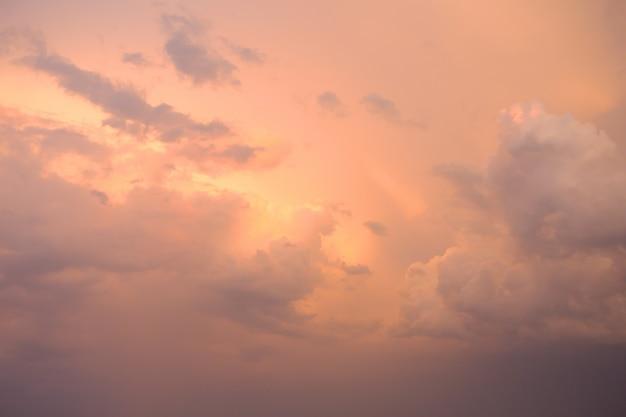 Очень красивое оранжевое закатное небо с облаками