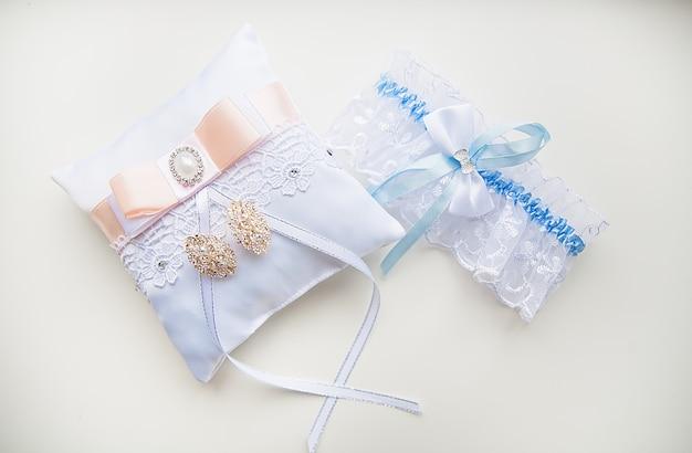 Красивый набор женских свадебных аксессуаров. утро невесты