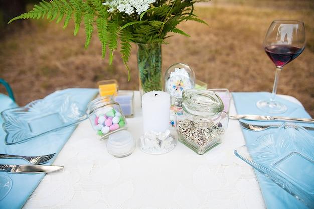 Свадебные украшения в лесу. деревенская церемония.