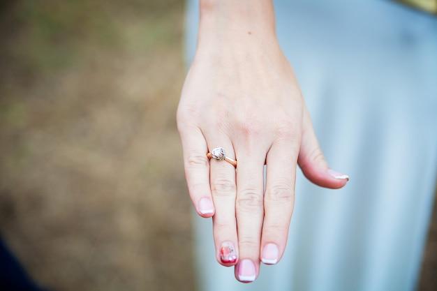 Невеста показывает обручальное кольцо на пальце