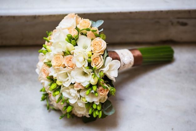 Красивый свадебный букет на мраморной лестнице