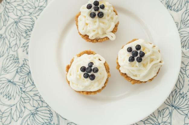 ブルーベリー、クリーム、新鮮なベリーと自家製カップケーキ