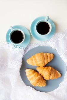 クロワッサンとコーヒーカップ
