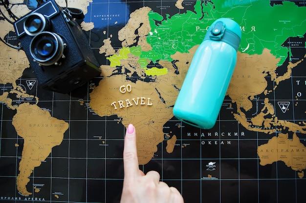 Карта мира с винтажной камерой