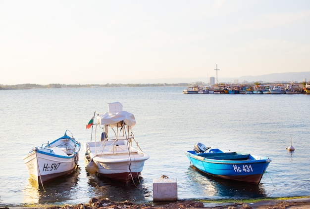 Панорама старого города, море, лодки в несебре в болгарии