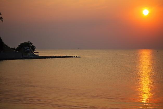 Морское побережье на закате