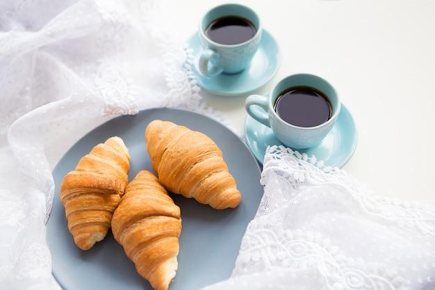 Чашка кофе с круассаном