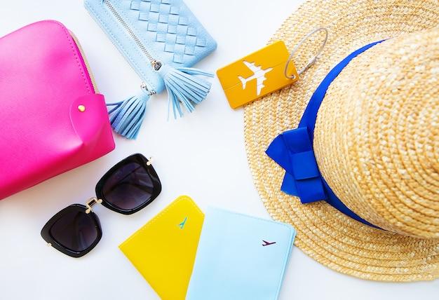 休暇の準備-帽子、メガネ、パスポート、化粧品袋、財布。閉じる