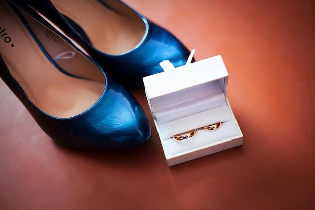 結婚指輪と黒い靴