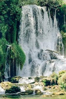 ボスニアヘルツェゴビナのトレビザット川沿いのクラヴィツェ滝。ボスニア・ヘルツェゴビナの自然の奇跡