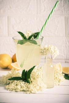 エルダーレモネード-健康的で爽やかな夏の飲み物。
