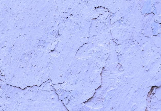 Старые бетонные фиолетовые, фиолетовые, синие стены с трещинами краски, заготовка для дизайна,