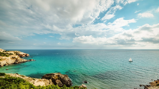 青い熱帯の海の湾のヨット