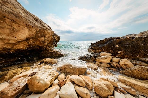 岩の多い海岸の海の波