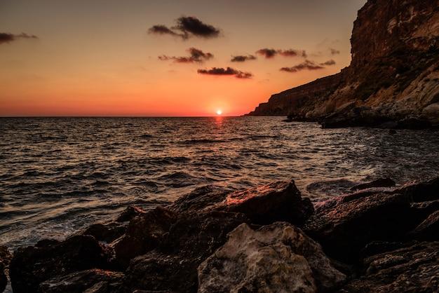 嵐の海の夕日
