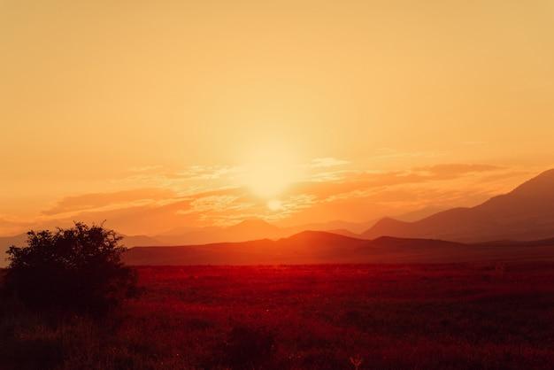 山の黄金の夕日