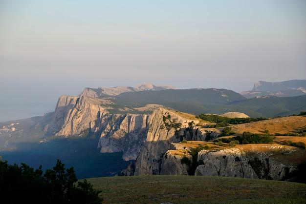 ロッキー山脈の崖と白い雲と青い空