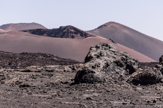 素晴らしい砂漠の石の多い地面