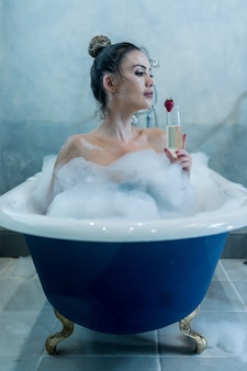 シャンパン入浴で美しい女性