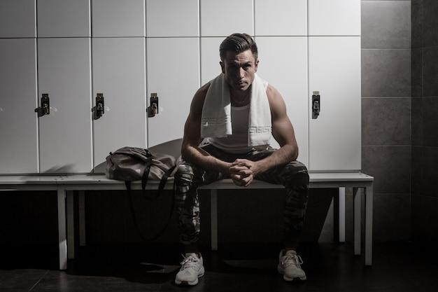 ジムの更衣室で深刻なスポーツマン