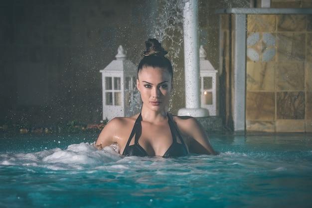 泡立つ水の魅力的な女性