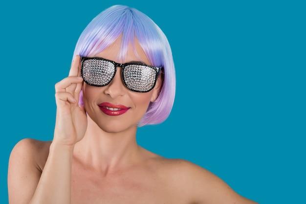 裾のメガネで笑顔の女性