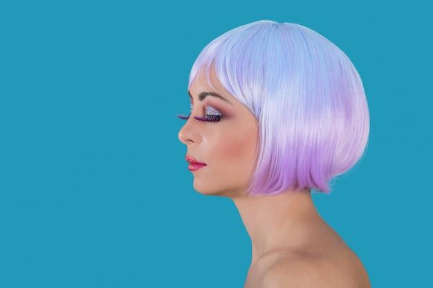 紫髪の贅沢な女性
