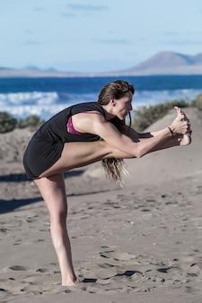 ビーチでヨガをしている女性の肖像画