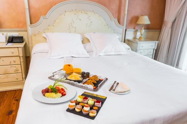 朝はベッドで甘い朝食用食品