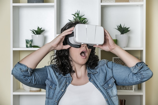 Шокирован взрослая женщина в гарнитуру виртуальной реальности